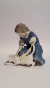 Statuina di ragazza con gatto